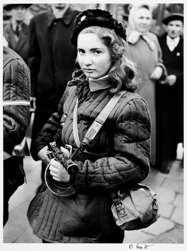 Erika, una luchadora húngara de 15 años de edad, que combatió por la libertad contra la Unión Soviética. (Octubre de 1956)