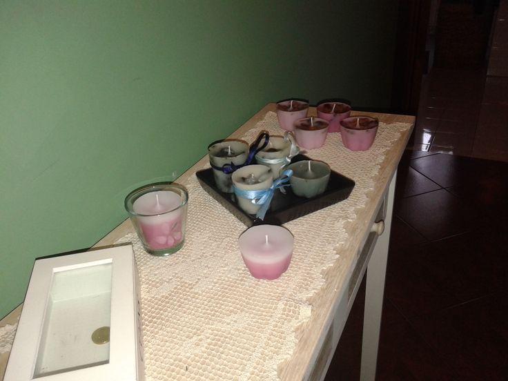 Angolo delle candele profumate: le candele azzurre sono arricchite con fragranza marina e pout pourri azzurro frantumato, mentre le candele rosa (in fondo) hanno i petali sulla superfice. Le due candele davanti hanno diverse gradazioni di colore e profumazione alla rosa. Realizzate con paraffina e stearina, per le colorazioni sono state usate altre cere.
