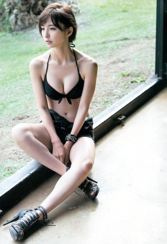 篠田麻里子の豊満な胸元