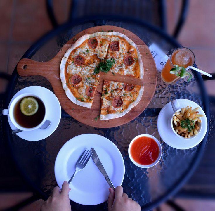 #italianpizza #handinframe #foodporn #foodies #foodlovers #supersalami #foodphotography