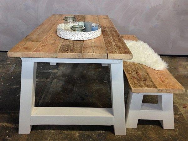 Een grote, houten tafel. Met bijvoorbeeld zo'n bankje. Ook leuk; een houten tafel met verschillende witte stoelen er aan!