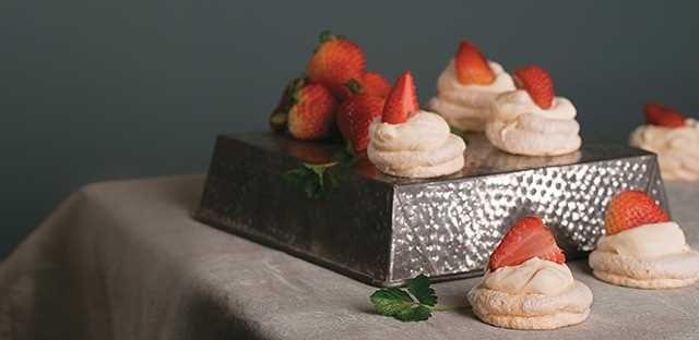 Mini pavlovas con fresas asadas