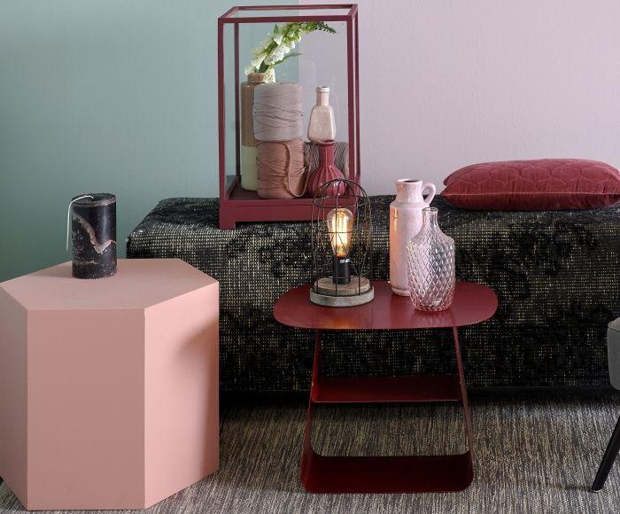 Romantiek in een moderne uitstraling! Pastelkleuren voor de wand in een zachte kleurencombinatie van lichtgroen en lila en hexagon tafeltje, met als stevige tegenhanger, het katoenen tapijt en donkere versleten kelim hocker. Accenten van bordeauxrood zijn helemaal van nu!