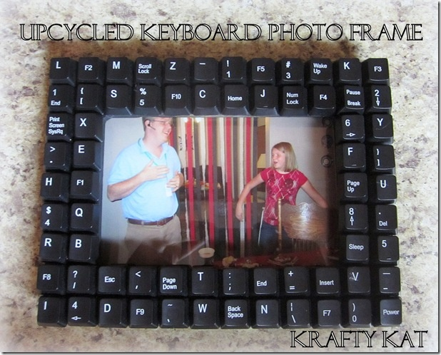 Upcycled computer keyboard photo frame- Father's Day GiftKeyboard Pictures, Creative Photos, Gift Ideas, Keyboard Frames, Photos Frames, Picture Frames, Diy, Pictures Frames, Keyboard Photos