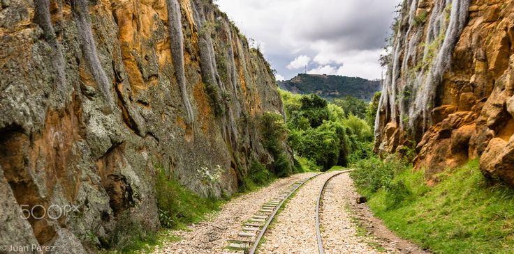 Foto tomada sobre las vías férreas en Suesca Cundinamarca, cerca de las rocas.