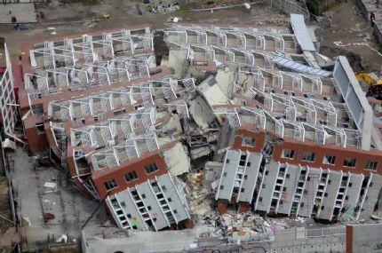 asi quedo un edificio en el epicentro del terremoto del 2010, los terremotos van a estar siempre presente en la historia del pais pero esto  no puede volver a suceder