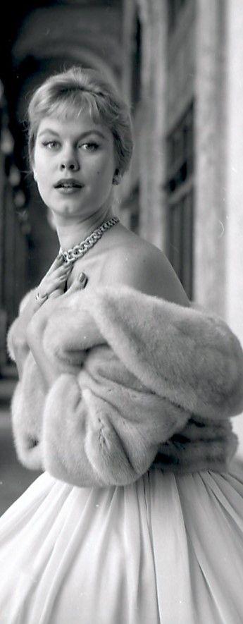 Elizabeth Montgomery looking very 'Old Hollywood'
