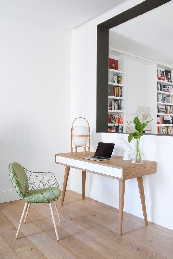 Ventana interior - AD España, © Ábaton Escritorio Carvoeiro, de Branco sobre branco, silla Piña de Magis y lámpara Cesta, de Santa&Cole.