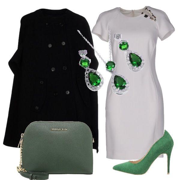 Nero, bianco e verde si abbinano per una proposta elegante, composta da un vestito bianco a manica corta, da indossare con un cappotto ampio nero e con accessori verdi: le scarpe décolletè con tacco alto e la borsa con tracolla gioiello. Completa il tutto una parure di orecchini e collana in oro bianco e smeraldi.
