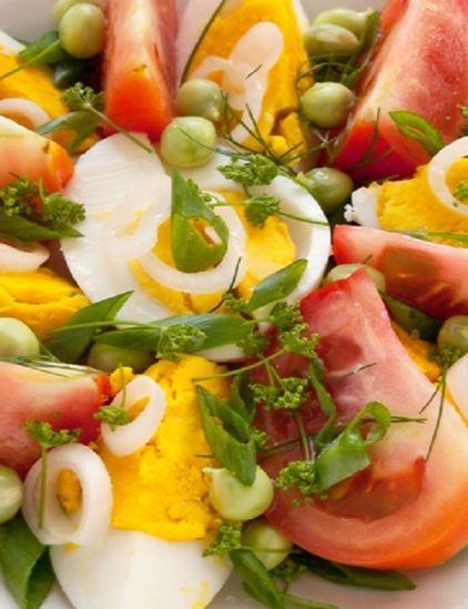 Σαλάτα με αυγά ντομάτες και φρέσκα λαχανικά