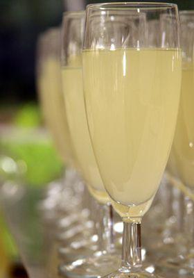 Recette du Punch Lorrain à la mirabelle 1 litre(s) de Eau de vie de mirabelle 4 litre(s) de Eau gazeuse 1 litre(s) de Pulco citron 1 litre(s) de Sirop de citron