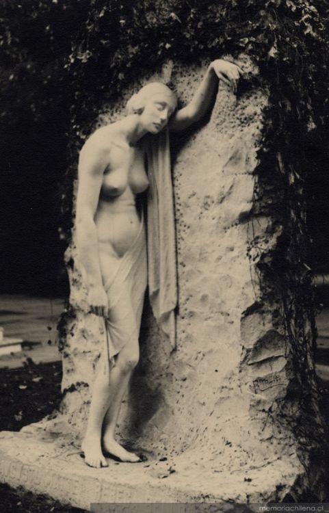 """""""Dolor"""", escultura en el Cementerio General de Santiago, Chile"""