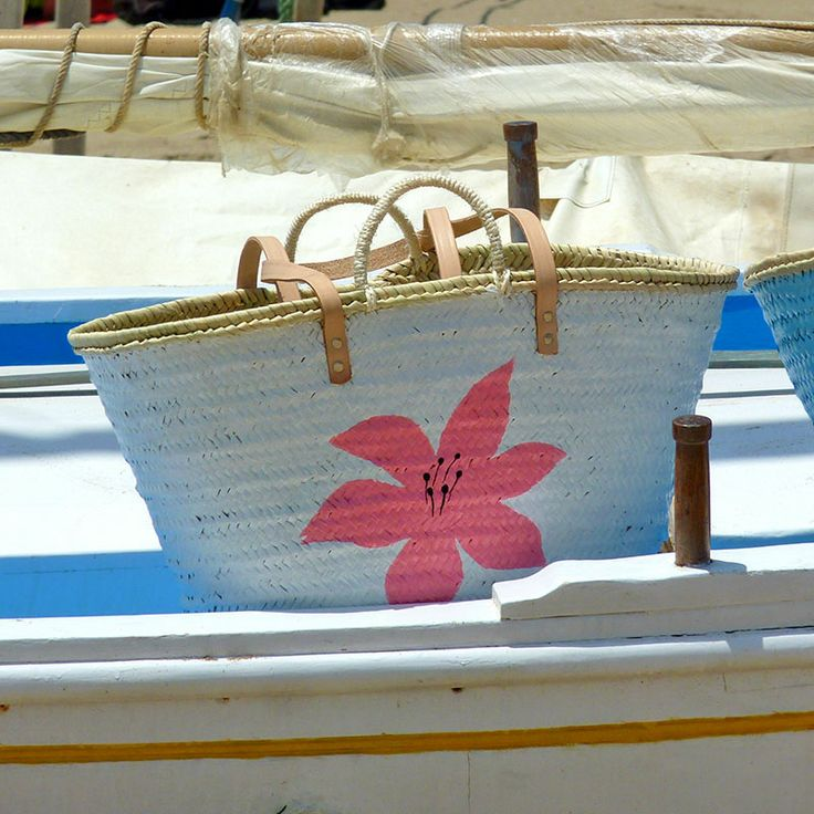 ¿Os suena la barca? Es la misma que la del capazo azul (se ve en el borde de la foto).  #capazos www.artaliquam.com