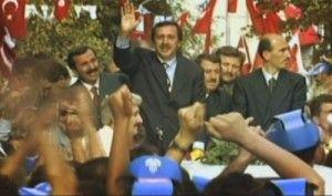 27 Mart 1994 yerel seçimlerinde İstanbul Büyükşehir Belediye Başkanı seçilen Recep Tayyip Erdoğan, 40 yaşında Türkiye'nin en büyük şehrini yönetmeye başladı.