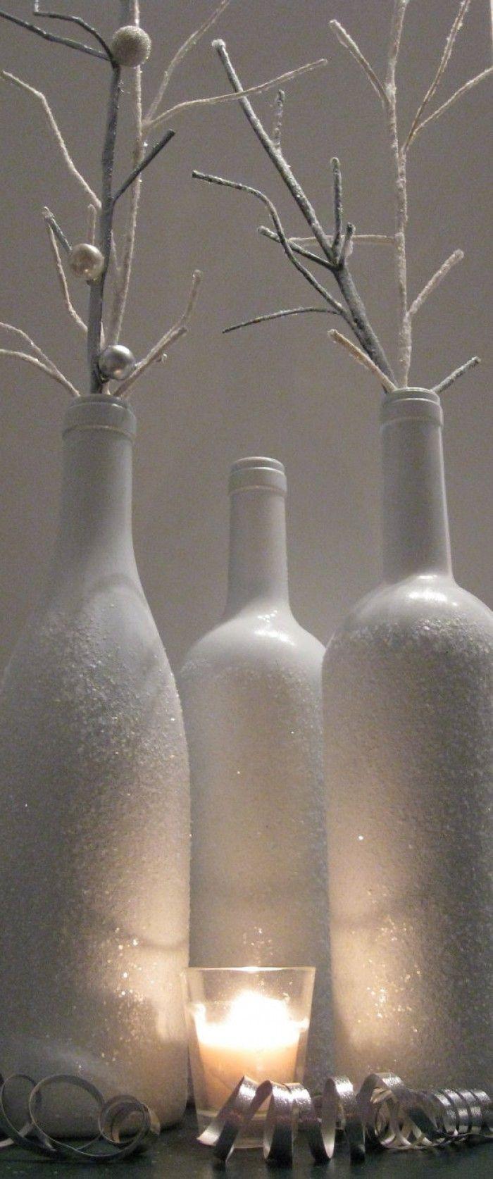 Wijnflessen: Eerst het etiket eraf halen en goed de fles droogmaken. Vervolgens wit maken met spuitbusverf, dit weer goed laten drogen. Hierna lijmspray gebruiken en vervolgens door glitter of grof zeezout rollen