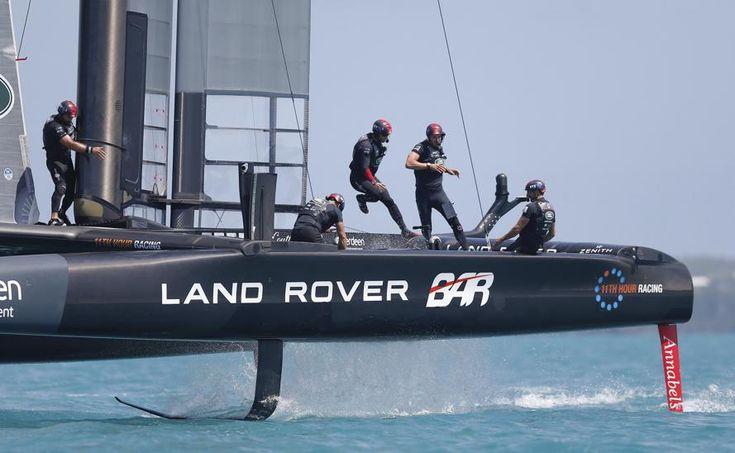 El equipo del barco de Oracle equipo (EE.UU.) en acción durante la Louis Vuitton Copa América disputada Sandys Parish, Bermudas.