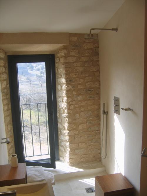 Fenetre alu verticale sur mur pierre