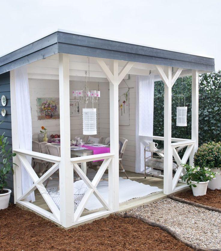 Het hele jaar door genieten van zo'n fijne buitenkamer! Jan de Boer heeft samen met Home and Garden deze overkapte buitenkamer met veranda bedacht. Nu te bewonderen op het terrein van Jan de Boer tuinhuizen. Leuk uitstapje voor het weekend! http://www.jandeboertuinhuizen.nl/