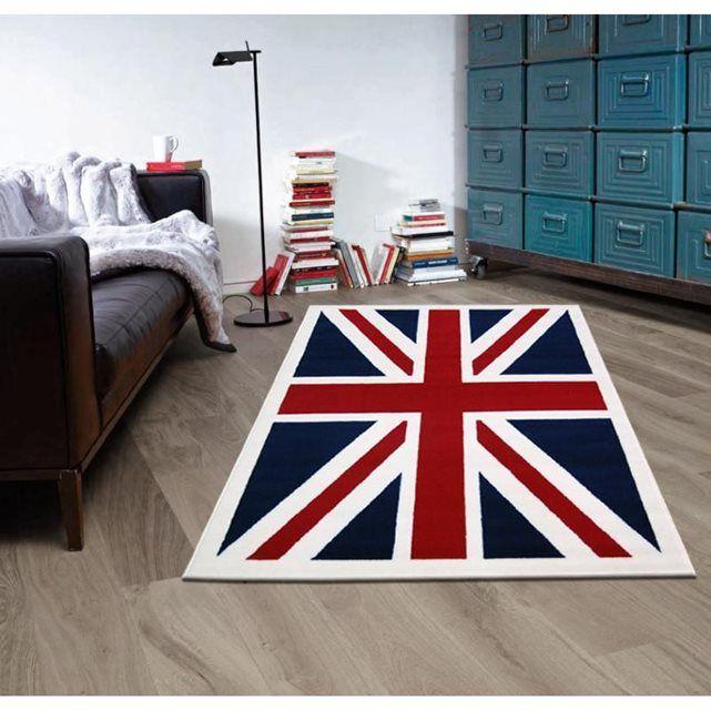 Nouvelle version du tapis drapeau Union Jack ! Le fameux tapis anglais revisité avec une bordure en ivoire crème des 4 côtés . Modèle présenté ici en taille120x160 cm. Composition : 100% Polypropylène Trame : 100% jute de coton  Finition 2 surjets couture de la même couleur