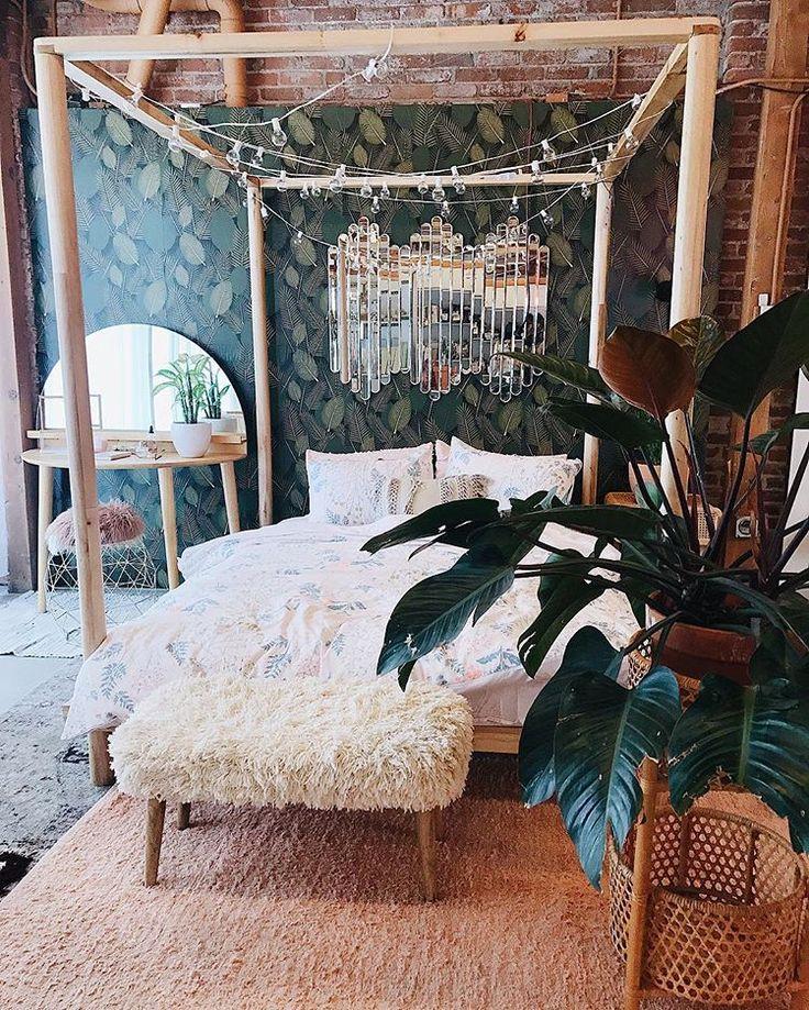 Chambre boho chic, lit a baldaquin avec guirlande lumineuse, miroir au dessus du lit