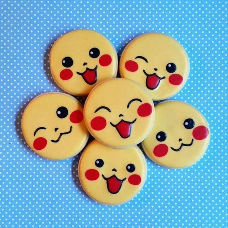 Cookies Pikachu Pour réussir ces sublimes cookies Pikachu, on n'ajoute pas trop de détails, qui pourraient surcharger l'ensemble. Les yeux, la bouche, les pommettes et le mélange des couleurs suffisent à identifier le partenaire du héros.