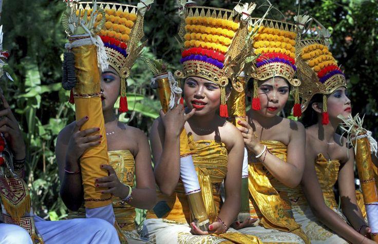 Un grupo de muchachas vestidas con trajes tradicionales esperan para participar en el Festival de Artes de Bali (Indonesia).