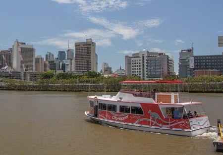 """In Brisbane gibt es nicht nur den kostenlosen """"Loop Bus"""", sondern sogar eine kostenlose Fähren, den City Hopper. Man erkennt die Fähren daran, dass sie rot sind un ein Känguru an der Seite haben (die kostenpflichtigen Fähren sind blau)."""