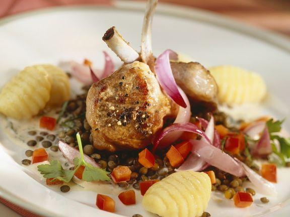 Lammkotelett mit Kartoffelnocken und Linsen ist ein Rezept mit frischen Zutaten aus der Kategorie Lamm. Probieren Sie dieses und weitere Rezepte von EAT SMARTER!