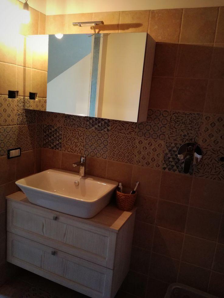 Bagno Diamante Abete Patinato con lavabo in ceramica e specchiera contenitiva realizzato a Vittorio Veneto