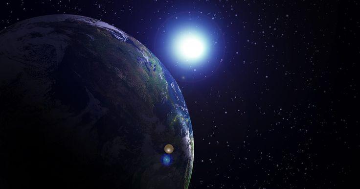Aulas divertidas sobre o sistema solar. Ensinar os alunos sobre o sistema solar envolve dar a eles informações sobre o sol, a lua, os planetas, os asteroides e os cometas. Há uma variedade de livros que podem proporcionar aos alunos uma visão geral do sistema solar, mas envolver os alunos em atividades manuais e criativas é a melhor maneira de ensinar sobre o espaço.