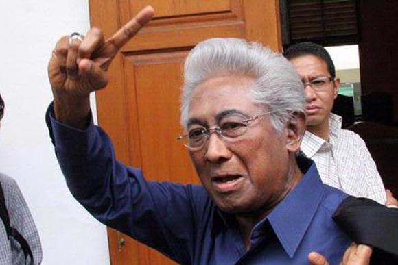 """""""KPK ini seperti mencla-mencle, mau membongkar mundur lagi, bagaimana ini?"""" kecam Buyung di Gedung Mahkamah Konstitusi (MK), Jakarta, Kamis (14/2)."""