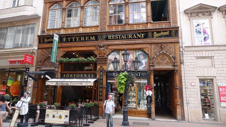 https://flic.kr/p/yPMdcY | Budapest : Sorforras Èterrem Restaurant | Le restaurant a été créé en 1991 à 15 Vaci. La maison rappelle style gothique vénitien, ornée d'une colonne montante de décoration slave sculpté dans un bois de chêne. Otto, le serveur corpulence en face de la boutique, est la mascotte permanent de Vaci utca.  A proximité se trouve la fontaine de Hermes, une copie du chef d'oeuvre de Giovanni da Bologna Mercur.  Les spécialités sont accompagnés par notre bière Pilsner…