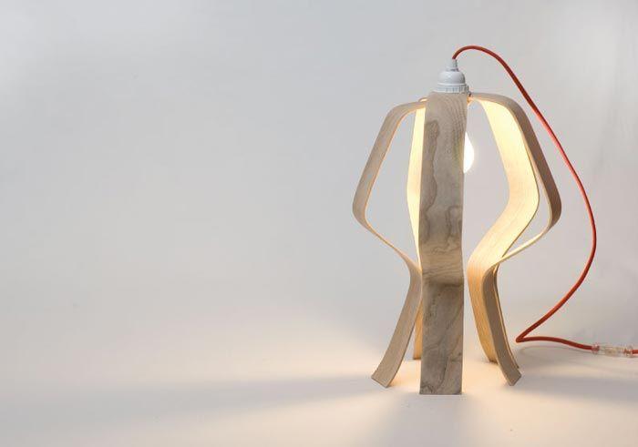 Ce que j'ai aimé immédiatement dans cette lampe design c'est qu'elle est complètement modulable et transformable tout en restant très simple. Looden est composée de 5 lamelles de frêne cintrées fixées sur un axe qui leur permet de se positionner de différentes façons. Vous pouvez soit l'ouvrir complètement soit la replier entièrement comme sur les photos de la galerie… La lampe design Looden est fabriquée à la main. Elle n'est disponible qu'en édition limitée et numérotée… Plus d'infos chez…