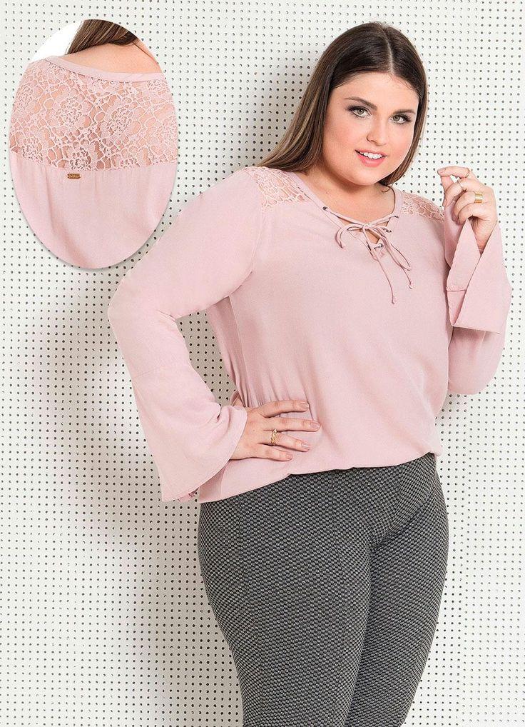 Blusa plus size rosa de renda com manga sino.