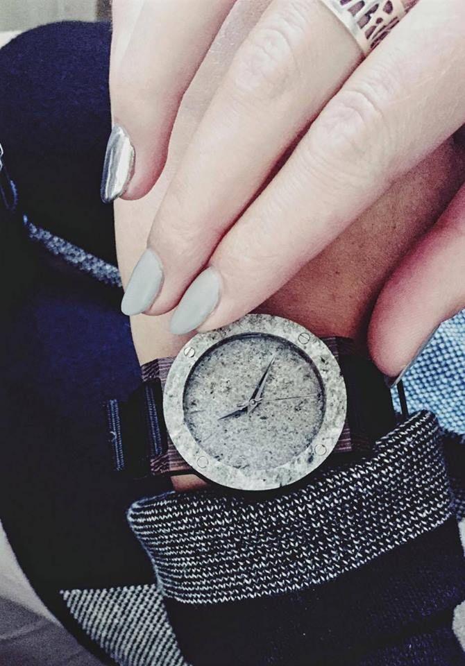 Dzisiejszy dzień rozpoczynamy w kolorach srebra i szarości. Na ręce zegarek serii MINI Raw Double Silver Heban.