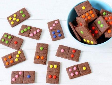 מתכון לעוגיות שוקולד ועדשים בצורת דומינו. רוצים להדליק את הילדים שלכם, אבל ממש? הכינו להם את העוגיות השוקולדיות האלה