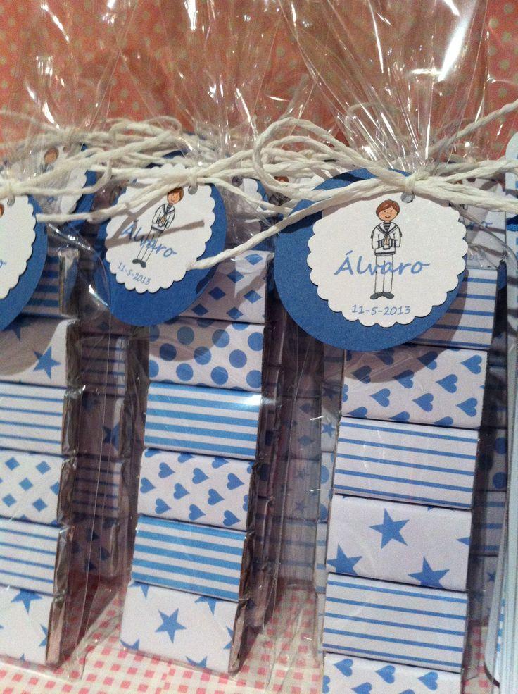 paquetitos de chocolatinas decoradas. etiquetas comunión personalizadas