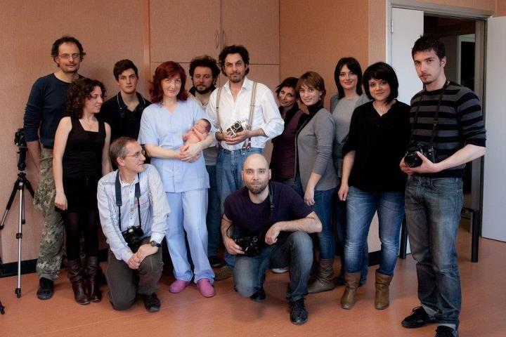 Il gruppo al set fotografico per il ritratto di una neonata