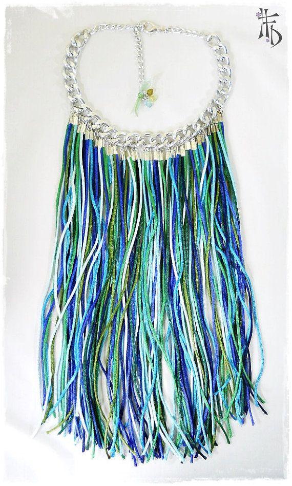 BOHO CHIC #04. Collar largo de flecos en cordón seda en tonos azules y verdes con detalles plateados.