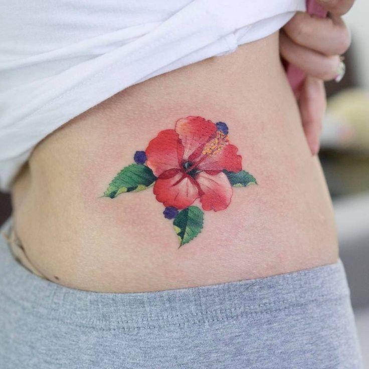 Red hibiscus flower tattoo on the hip. Artista Tatuador: Zihee