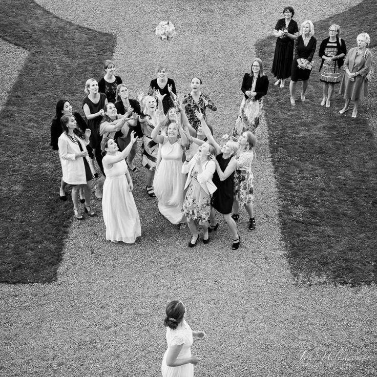 Wedding-Photographer-Ulfsunda-Castle-Throw-Bouquet-Journalism-John-Hellstrom-2015-7
