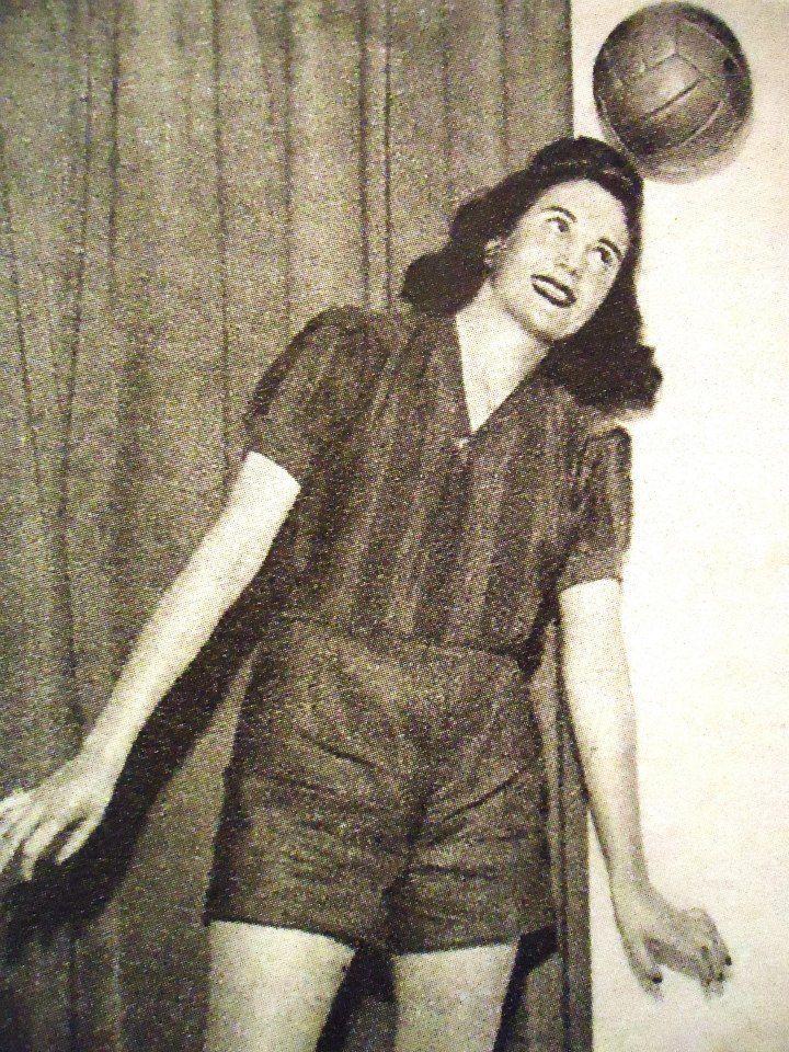 Evita Duarte actriz en nota con la remera de San Lorenzo de la época