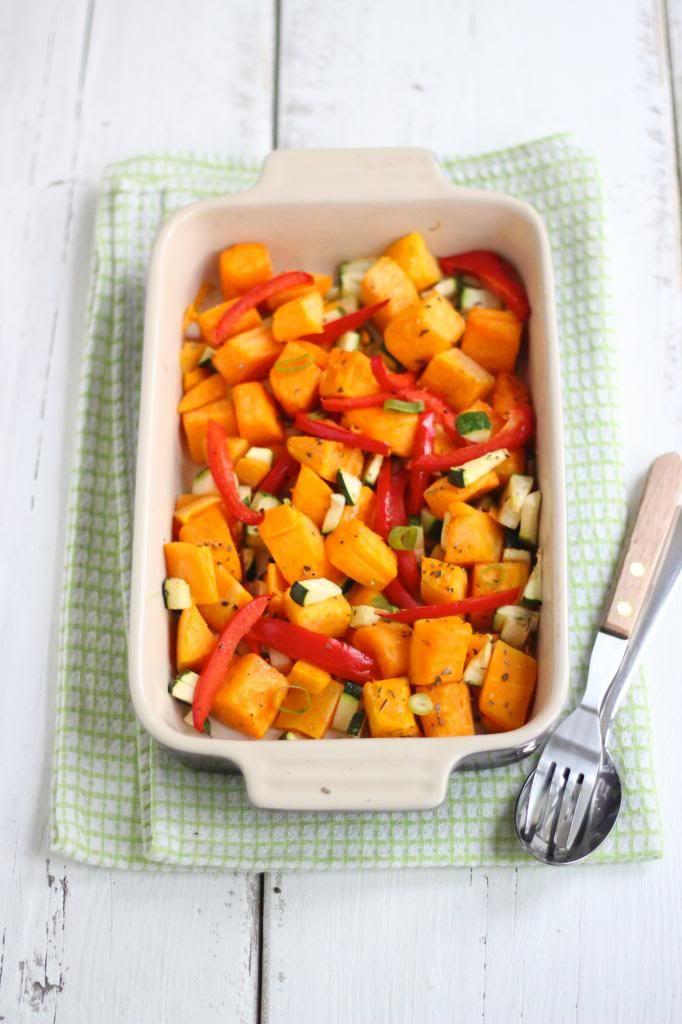Je kunt groenten koken, wokken, gewoon rauw eten in een salade of lekker roosteren in de oven. Wij hebben voor dit recept pompoen, courgette en paprika in de oven geroosterd met kruiden. Je kunt natuu