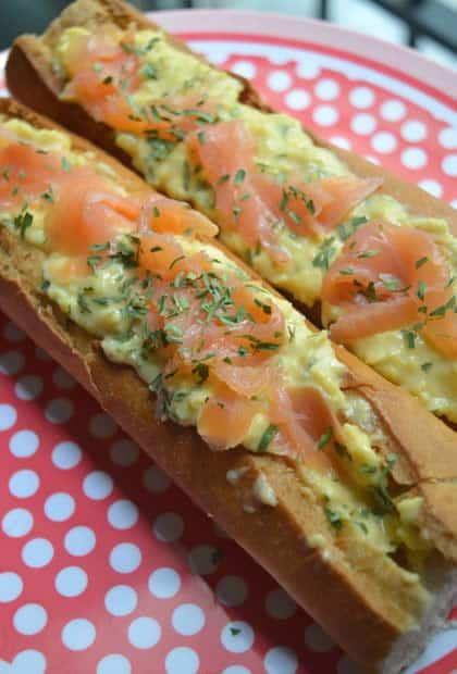 La baguette fourrée aux oeufs brouillés et au saumon — Recette petit déjeuner salé #BreakfastWeek