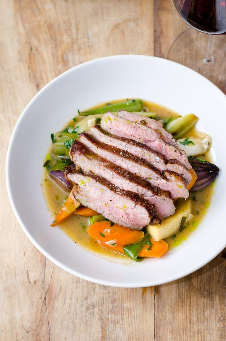 Flank steak fra Hindsholmgrisen med vintergrøntsager og pandesauce