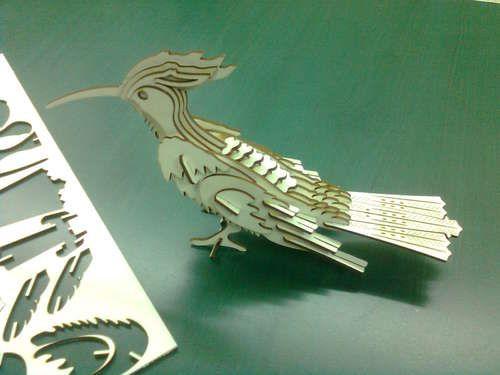 Lasercut 3D bird instructable  Instructable su come tagliare al laser (su cartoncino Vectorealism!) e assemblare un uccello tropicale.