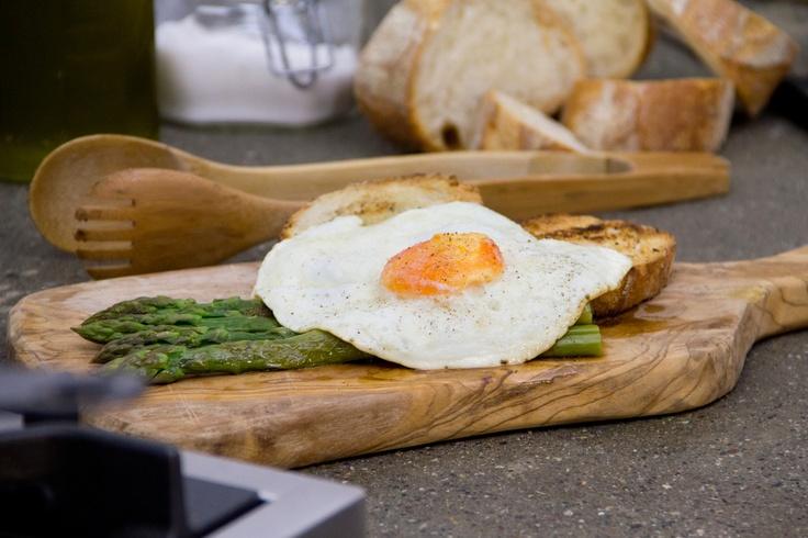 Asparagi alla milanese con pane croccante