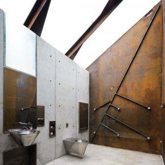 Ostre kąty, stal i rdza – publiczna toaleta, która stanęła przy jednym z Narodowych Szlaków Turystycznych w Norwegii, zaskakuje surowym, industrialnym wnętrzem. Jej projekt powstał w biurze Manthey Kula. http://sztuka-wnetrza.pl/799/artykul/stalowa-toaleta