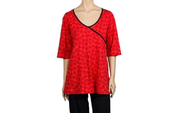 Camiseta ancha cruzada, estampada en rojo con ribete negro. #InstintoBcn #Shirt #TallasGrandes