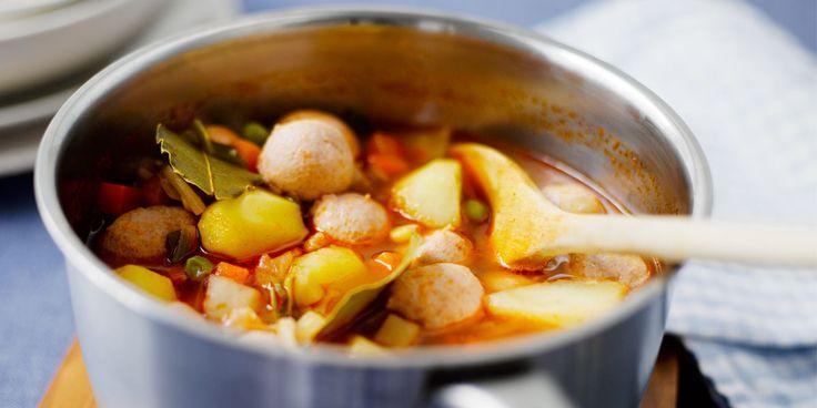 Kuori ja paloittele perunat. Kuumenna öljy kattilassa ja lisää perunat, keittovihannekset sekä chilijauhe.Kuullota hetki ja lisää tomaattipyree. Kaada päälle vesi ja lisää liemikuutiot sekä mustapippurit.Keitä kunnes perunat alkavat olla melkein kypsiä ja puristele joukkoon siskonmakkarat.Anna keiton kiehua hiljalleen kunnes siskonmakkarat ovat kypsiä.Tarkista maku, mausta tarvittaessa suolalla ja ripottele pinnalle reilusti hienonnettua persiljaa.